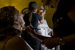 Boda en el Monasterio de Guadalupe de Ana Belén y Javier realizada por el fotógrafo de bodas en Extremadura Johnny García, Familiares de Ana Belén en la sesión de maquillaje