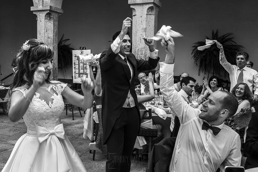 Boda en el Monasterio de Guadalupe de Ana Belén y Javier realizada por el fotógrafo de bodas en Extremadura Johnny García, los novios entran en el banquete