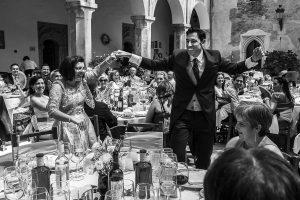 Boda en el Monasterio de Guadalupe de Ana Belén y Javier realizada por el fotógrafo de bodas en Extremadura Johnny García, Javier baila con su cuñada