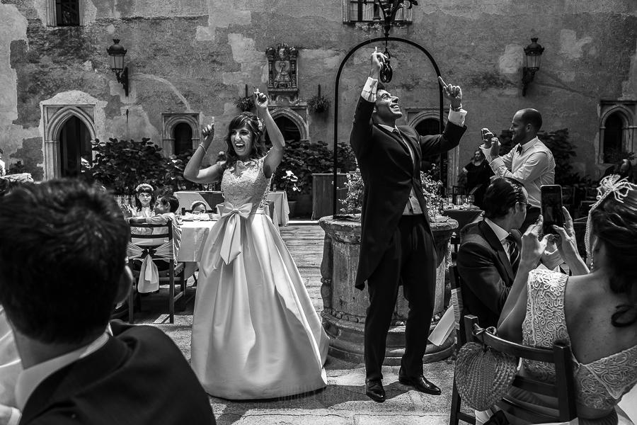 Boda en el Monasterio de Guadalupe de Ana Belén y Javier realizada por el fotógrafo de bodas en Extremadura Johnny García, la pareja baila a la entrada del banquete