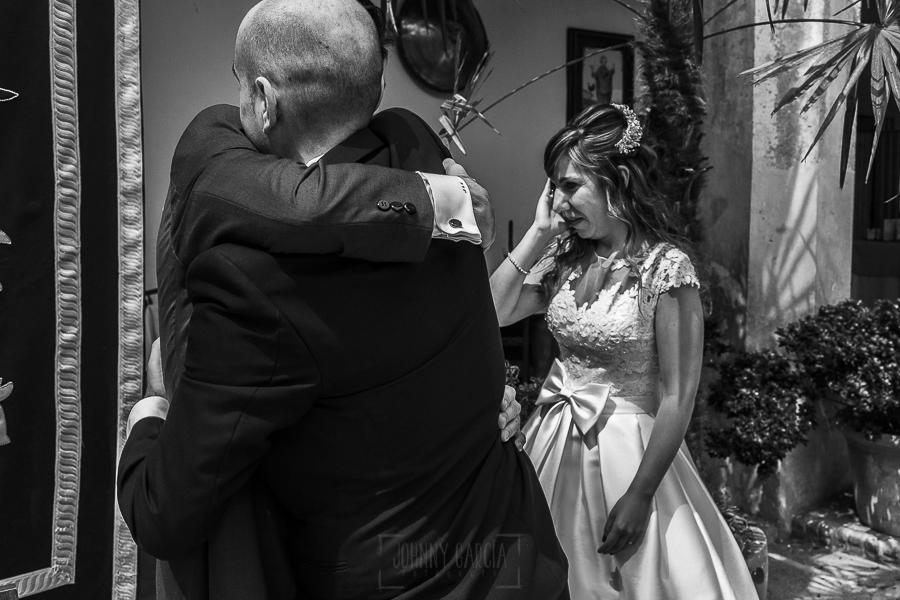 Boda en el Monasterio de Guadalupe de Ana Belén y Javier realizada por el fotógrafo de bodas en Extremadura Johnny García, los novios emocionados se abrazan a un familiar