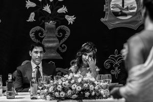 Boda en el Monasterio de Guadalupe de Ana Belén y Javier realizada por el fotógrafo de bodas en Extremadura Johnny García, los novios emocionados escuchan uno de los discursos