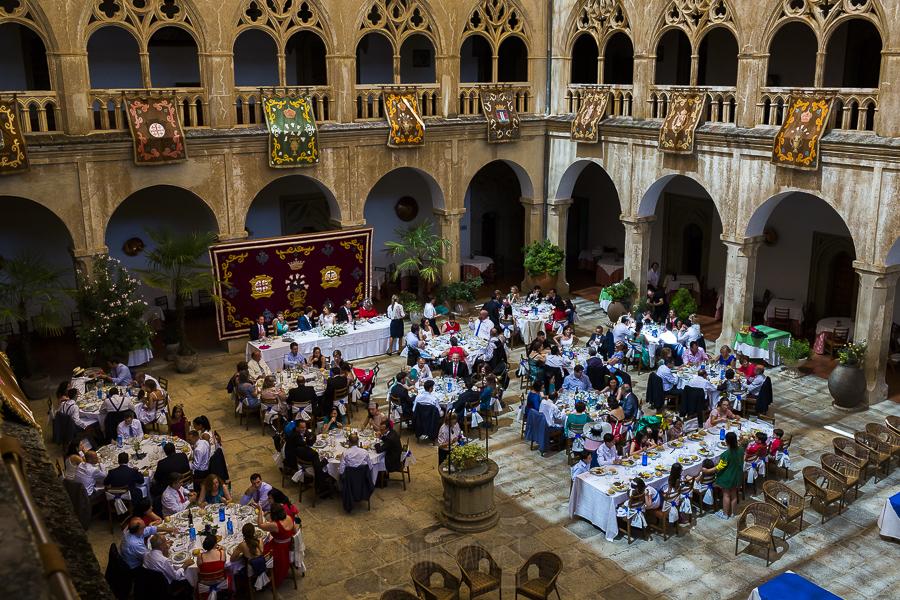 Boda en el Monasterio de Guadalupe de Ana Belén y Javier realizada por el fotógrafo de bodas en Extremadura Johnny García, vista general del banquete en el claustro de la hospedería