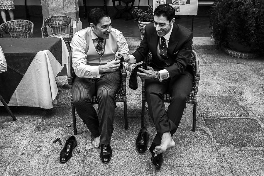 Boda en el Monasterio de Guadalupe de Ana Belén y Javier realizada por el fotógrafo de bodas en Extremadura Johnny García, Javier y sus hermano intercambian un calcetín