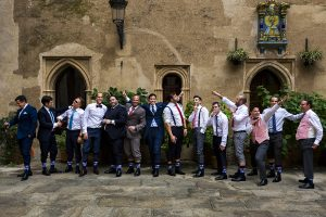 Boda en el Monasterio de Guadalupe de Ana Belén y Javier realizada por el fotógrafo de bodas en Extremadura Johnny García, Javier con todos sus amigos