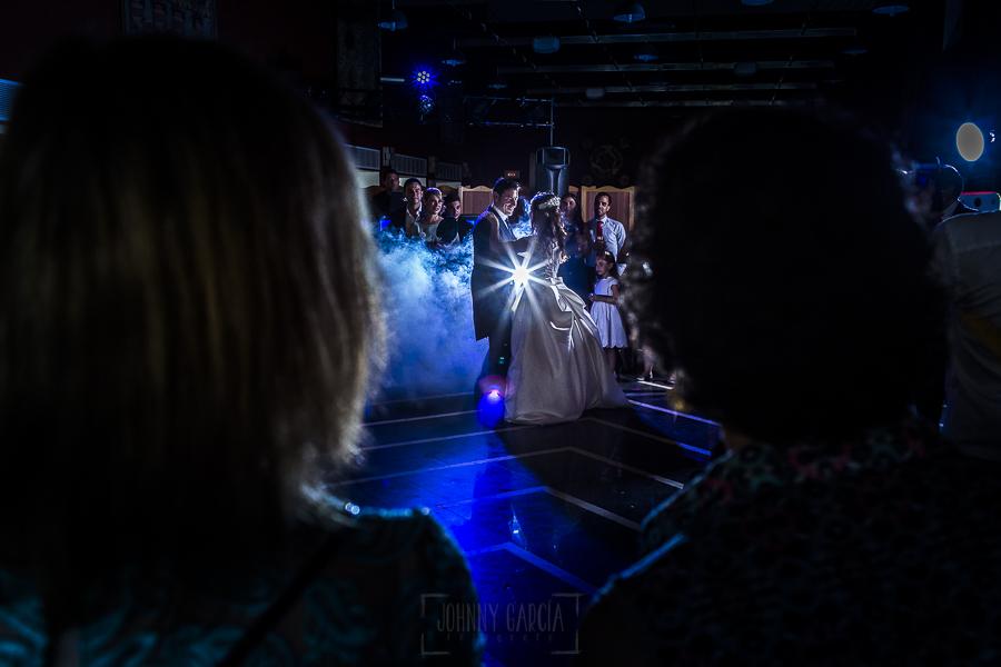 Boda en el Monasterio de Guadalupe de Ana Belén y Javier realizada por el fotógrafo de bodas en Extremadura Johnny García, primer baile de los novios