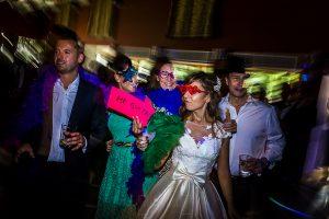 Boda en el Monasterio de Guadalupe de Ana Belén y Javier realizada por el fotógrafo de bodas en Extremadura Johnny García, la novia posa en un photocall junto a amigos
