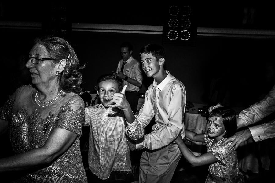 Boda en el Monasterio de Guadalupe de Ana Belén y Javier realizada por el fotógrafo de bodas en Extremadura Johnny García, los más pequeños de la boda bailan