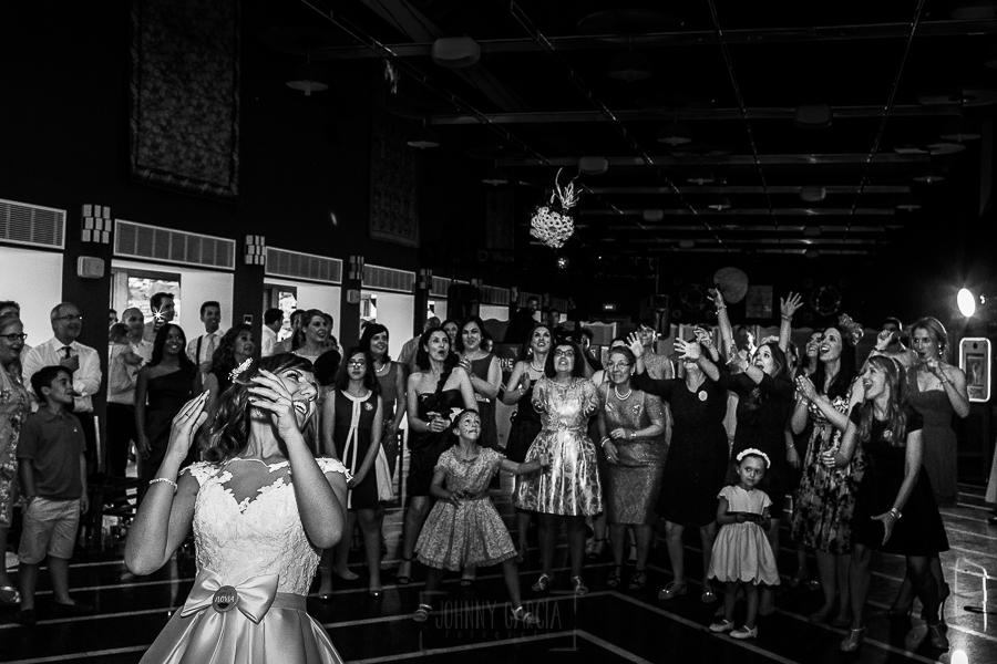 Boda en el Monasterio de Guadalupe de Ana Belén y Javier realizada por el fotógrafo de bodas en Extremadura Johnny García, la novia tira el ramo para las solteras
