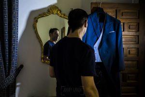Boda en el Monasterio de Guadalupe de Ana Belén y Javier realizada por el fotógrafo de bodas en Extremadura Johnny García, JAvier con su traje