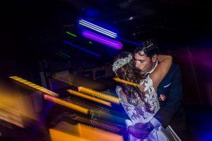 Boda en el Monasterio de Guadalupe de Ana Belén y Javier realizada por el fotógrafo de bodas en Extremadura Johnny García, la pareja de novios baila abrazados