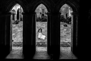 Boda en el Monasterio de Guadalupe de Ana Belén y Javier realizada por el fotógrafo de bodas en Extremadura Johnny García, un retrtao de los novios en la hospedería