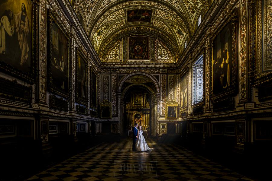 Boda en el Monasterio de Guadalupe de Ana Belén y Javier realizada por el fotógrafo de bodas en Extremadura Johnny García, una foto de los novios en la sacristía del monasterio
