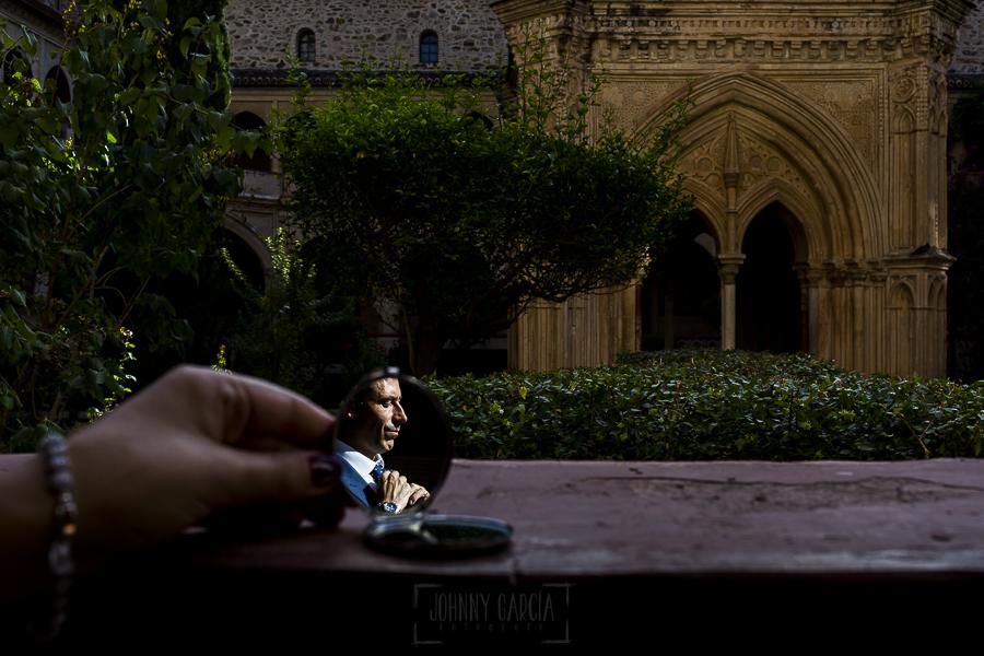 Boda en el Monasterio de Guadalupe de Ana Belén y Javier realizada por el fotógrafo de bodas en Extremadura Johnny García, un retrato de Javier en un pequeño espejo