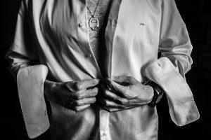 Boda en el Monasterio de Guadalupe de Ana Belén y Javier realizada por el fotógrafo de bodas en Extremadura Johnny García, detalle de la chapa con la imagen del padre de Javier