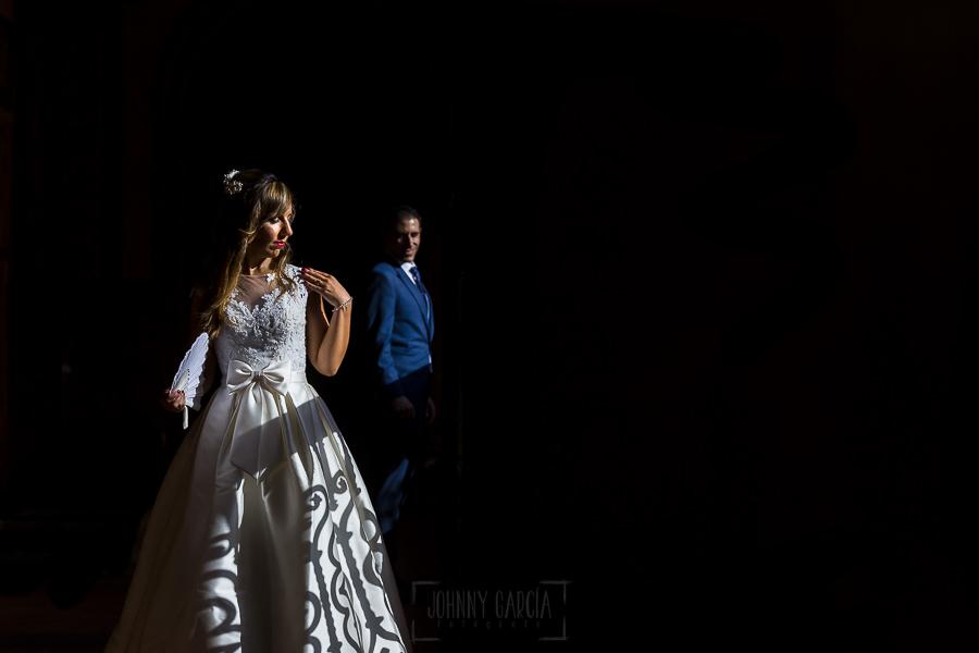 Boda en el Monasterio de Guadalupe de Ana Belén y Javier realizada por el fotógrafo de bodas en Extremadura Johnny García, un retrato de Ana Belén y Javier en el claustro del monasterio