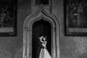 Boda en el Monasterio de Guadalupe de Ana Belén y Javier realizada por el fotógrafo de bodas en Extremadura Johnny García, un retrtao de los novios en blanco y negro