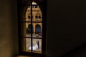 Boda en el Monasterio de Guadalupe de Ana Belén y Javier realizada por el fotógrafo de bodas en Extremadura Johnny García, una foto de lso novios desde dentro de la hospedería