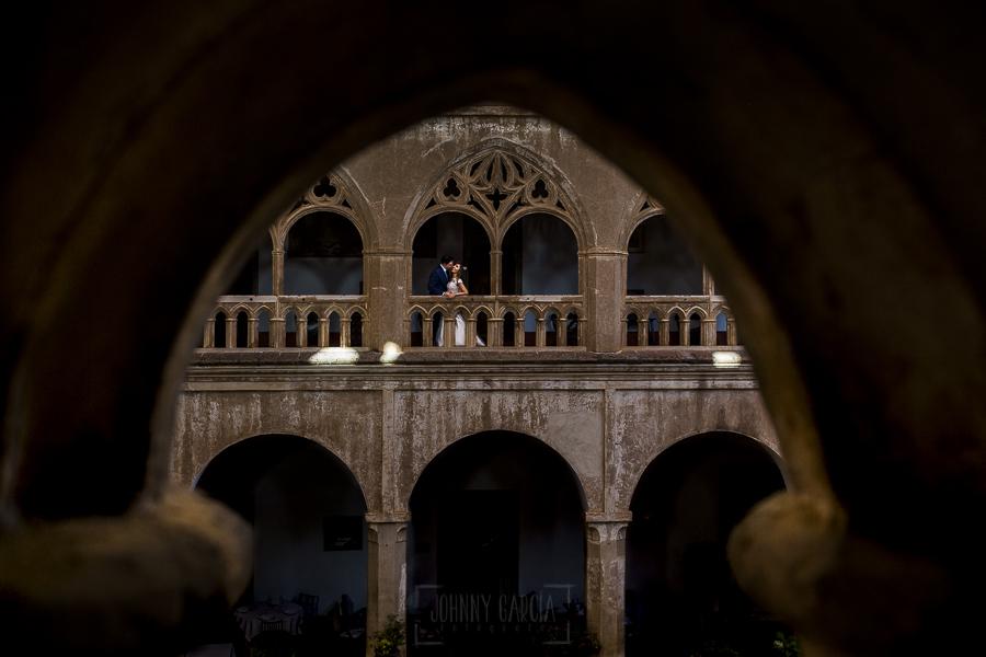 Boda en el Monasterio de Guadalupe de Ana Belén y Javier realizada por el fotógrafo de bodas en Extremadura Johnny García, los novios en lo alto del claustro de la hospedería