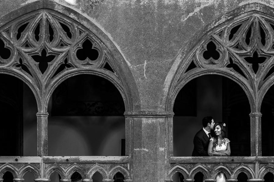 Boda en el Monasterio de Guadalupe de Ana Belén y Javier realizada por el fotógrafo de bodas en Extremadura Johnny García, retrato de los novios en una balconada