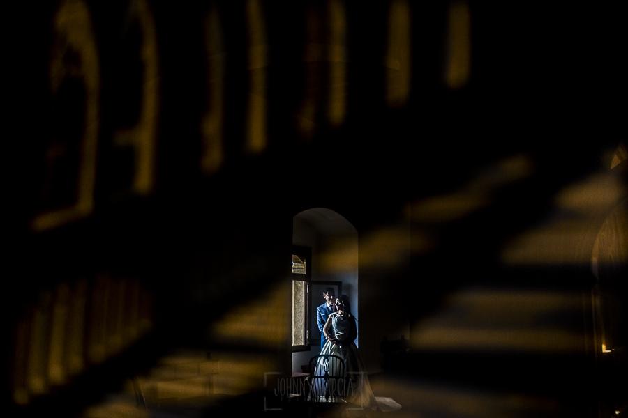 Boda en el Monasterio de Guadalupe de Ana Belén y Javier realizada por el fotógrafo de bodas en Extremadura Johnny García, un reflejo de los novios en un cuadro