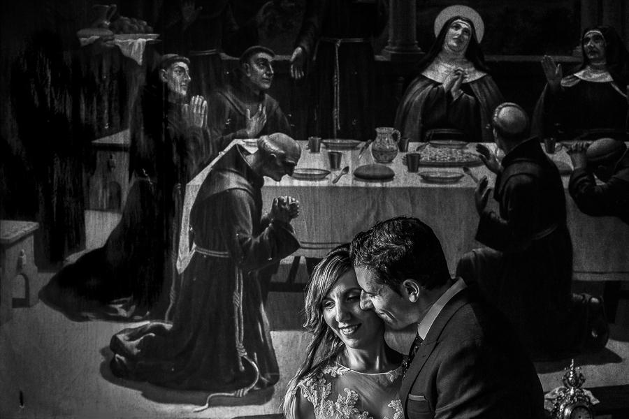 Boda en el Monasterio de Guadalupe de Ana Belén y Javier realizada por el fotógrafo de bodas en Extremadura Johnny García, Javier besa a Ana Belén