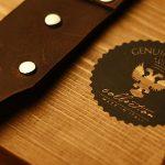 Correas Genuine Strap para cámaras de fotos probadas por Johnny García, fotógrafo de bodas en Extremadura, detalle de ls correas junto al logotipo