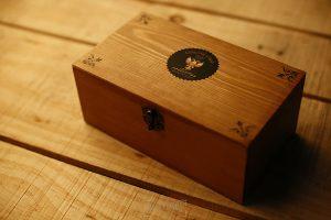Correas Genuine Strap para cámaras de fotos probadas por Johnny García, fotógrafo de bodas en Extremadura, detalle de la presentación en una caja de madera envejecida
