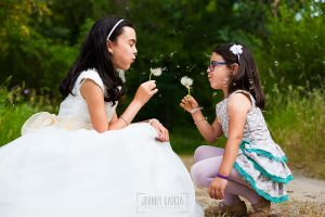 Fotos de comunión, comuniones Johnny García, fotógrafo en Extremadura, jugando con su hermana