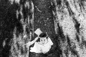 Fotos de comunión, comuniones Johnny García, fotógrafo en Extremadura, retrato en blanco y negro cenital