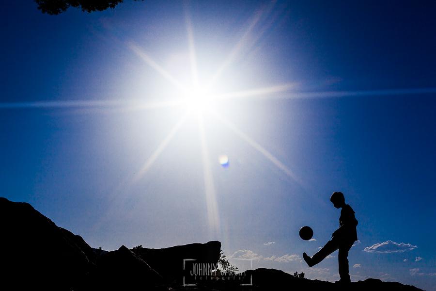 Fotos de comunión, comuniones Johnny García, fotógrafo en Extremadura, a contraluz con su balón de fútbol