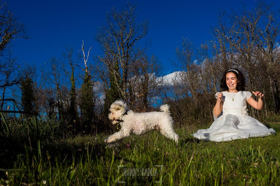 Fotos de comunión, comuniones Johnny García, fotógrafo en Extremadura, con su perro saltando