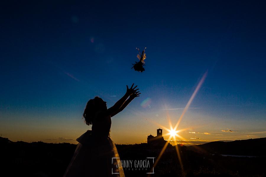 Fotos de comunión, comuniones Johnny García, fotógrafo en Extremadura, tirando el ramo