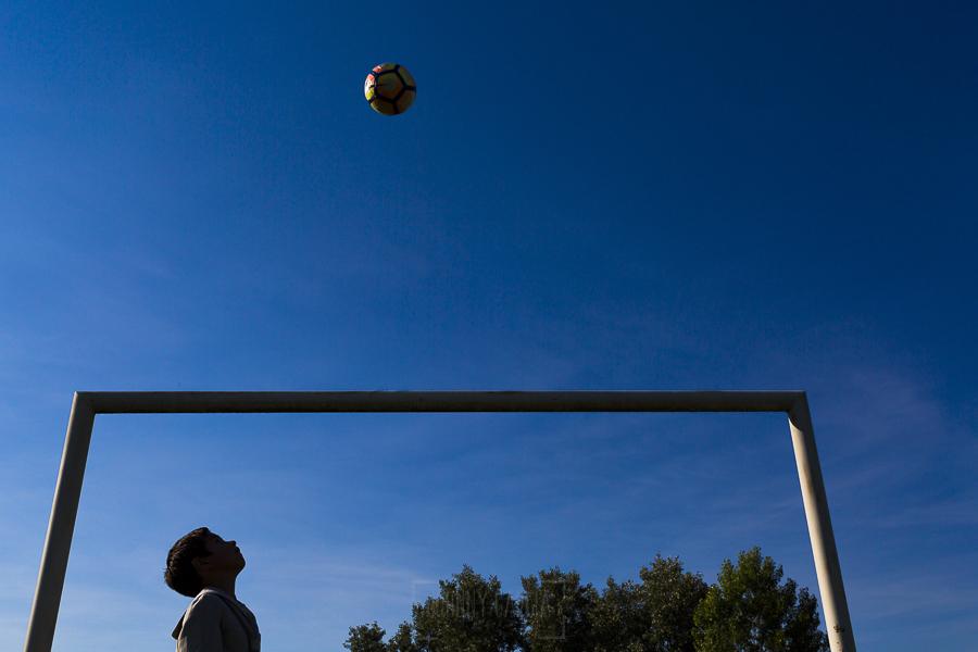 Fotos de comunión, comuniones Johnny García, fotógrafo en Extremadura, jugando al fútbol
