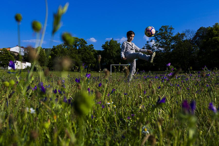 Fotos de comunión, comuniones Johnny García, fotógrafo en Extremadura, toques de balón