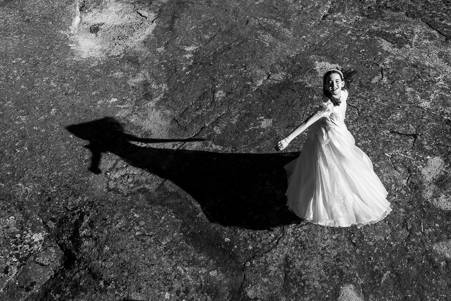 Fotos de comunión, comuniones Johnny García, fotógrafo en Extremadura, desde arriba junto a su sombra