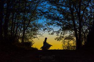 Fotos de comunión, comuniones Johnny García, fotógrafo en Extremadura, bailando a contraluz