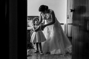 Boda en el Torreón de Veredillas de María e Iván, fotos de boda realizadas por el fotógrafo de bodas en Cáceres Johnny García, Emma con su madre vestida de princesa