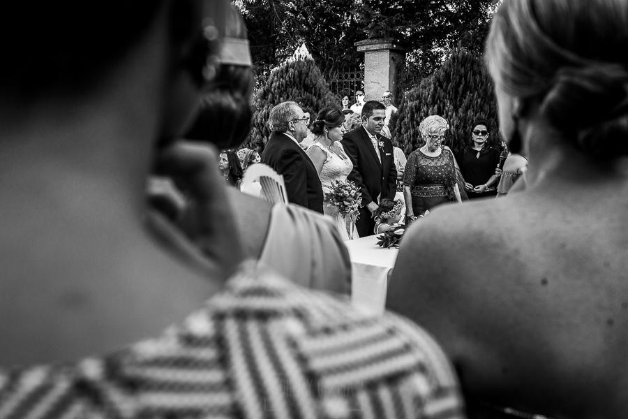 Boda en el Torreón de Veredillas de María e Iván, fotos de boda realizadas por el fotógrafo de bodas en Cáceres Johnny García, una vista de los novios junto a los padrinos