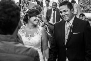 Boda en el Torreón de Veredillas de María e Iván, fotos de boda realizadas por el fotógrafo de bodas en Cáceres Johnny García, los novios sonríen mientras escuchan a familiares