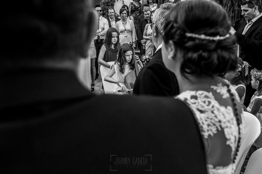 Boda en el Torreón de Veredillas de María e Iván, fotos de boda realizadas por el fotógrafo de bodas en Cáceres Johnny García, la sobrina de Iván toca el violonchelo