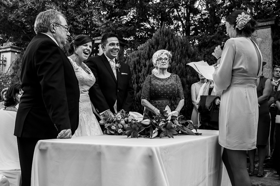 Boda en el Torreón de Veredillas de María e Iván, fotos de boda realizadas por el fotógrafo de bodas en Cáceres Johnny García, la pareja de novios ríe ante el discurso de una de las amigas