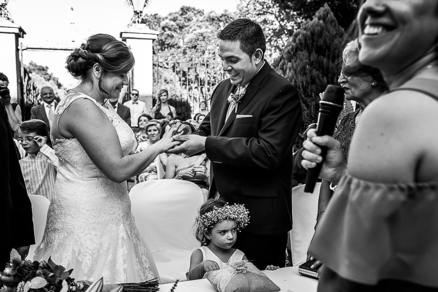 Boda en el Torreón de Veredillas de María e Iván, fotos de boda realizadas por el fotógrafo de bodas en Cáceres Johnny García, momento anillos y Sí, Quiero