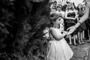 Boda en el Torreón de Veredillas de María e Iván, fotos de boda realizadas por el fotógrafo de bodas en Cáceres Johnny García, Emma esperando a la salida de los novios