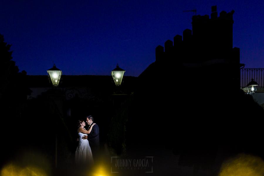Boda en el Torreón de Veredillas de María e Iván, fotos de boda realizadas por el fotógrafo de bodas en Cáceres Johnny García, un retrato de la pareja en la finca de bodas