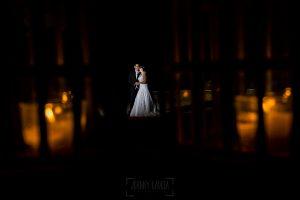 Boda en el Torreón de Veredillas de María e Iván, fotos de boda realizadas por el fotógrafo de bodas en Cáceres Johnny García, un retrato de los recién casados entre unos faroles de velas