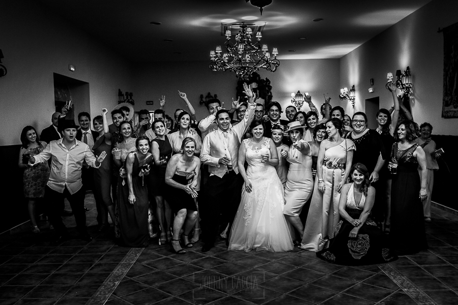 Boda en el Torreón de Veredillas de María e Iván, fotos de boda realizadas por el fotógrafo de bodas en Cáceres Johnny García, foto de grupo de los amigos en el baile