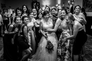 Boda en el Torreón de Veredillas de María e Iván, fotos de boda realizadas por el fotógrafo de bodas en Cáceres Johnny García, las chicas quieren el ramo de la novia