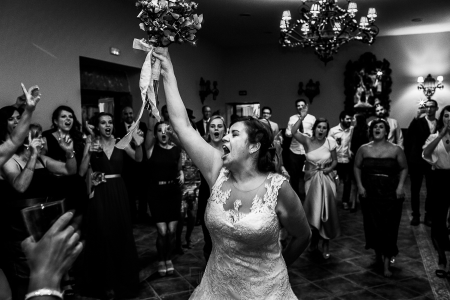 Boda en el Torreón de Veredillas de María e Iván, fotos de boda realizadas por el fotógrafo de bodas en Cáceres Johnny García, la novia se dispone a tirar el ramo
