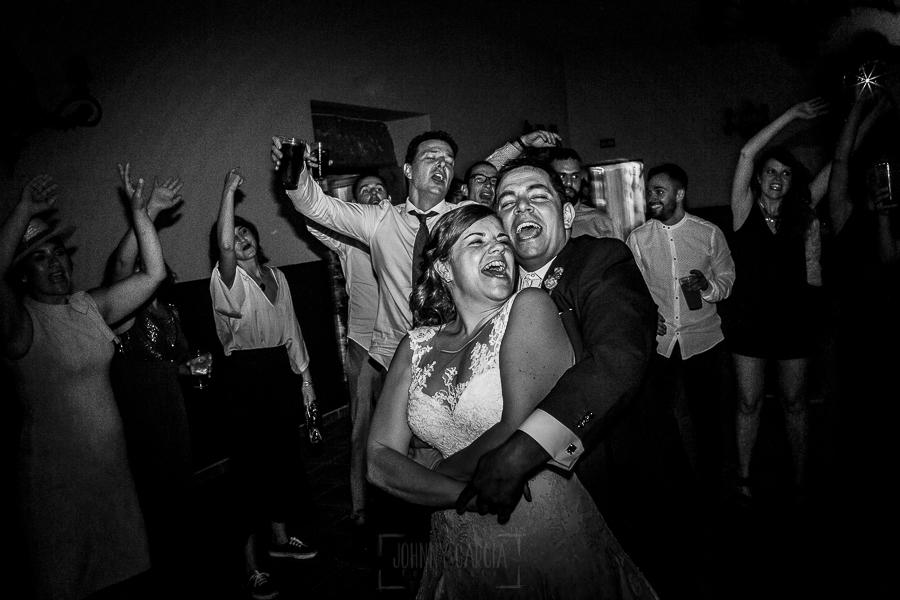Boda en el Torreón de Veredillas de María e Iván, fotos de boda realizadas por el fotógrafo de bodas en Cáceres Johnny García, la pareja baila en la fiesta